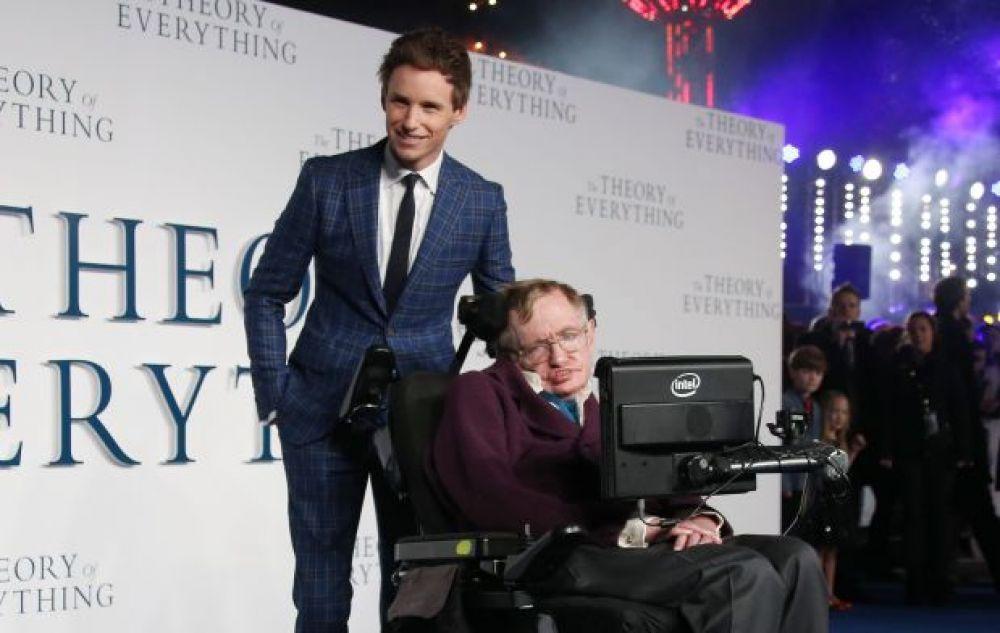 """El físico británico Stephen Hawking al lado de Eddie Redmayne, quien lo interpretó en """"La teoría del todo"""". (Foto: Agencias)"""