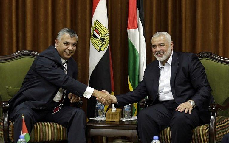 El jefe de Hamas, Ismail Haniyeh, a la derecha, se reúne con el ministro de Inteligencia egipcio, Khalid Fawzi, en la ciudad de Gaza el 3 de octubre de 2017. (AFP Photo / Mahmud Hams)