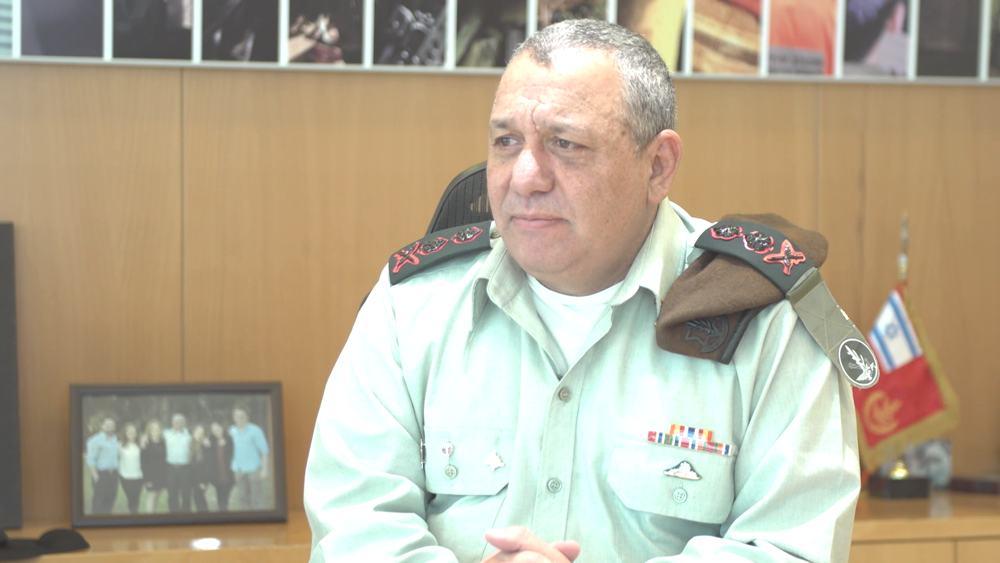 El jefe de personal de las FDI, Gadi Eisenkot, analiza una operación israelí para bombardear un reactor nuclear sirio en Deir Ezzor que tuvo lugar hace 10 años, del 5 al 6 de septiembre de 2007. (Fuerzas de Defensa de Israel)