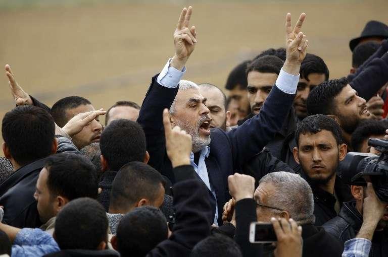 El líder de Hamas Yahya Sinwar (C) grita mientras participa en una oleada de violencia islámica cerca de la frontera con Gaza el 30 de marzo de 2018 para conmemorar el Día de la Tierra.(AFP / Mohammed Abed)