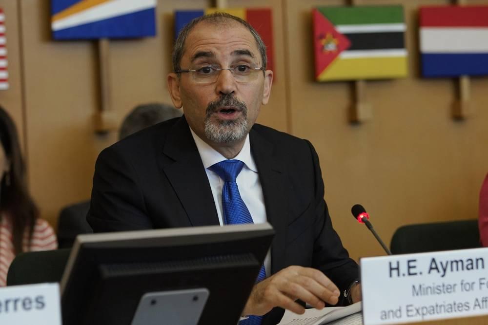 El ministro de Asuntos Exteriores de Jordania, Ayman Safadi, prONUncia su discurso durante una conferencia de la Agencia de Obras Públicas y Socorro de las Naciones Unidas para los Refugiados de Palestina en el Oriente Próximo, en Roma, 15 de marzo de 2018. (AP Photo / Andrew Medichini)