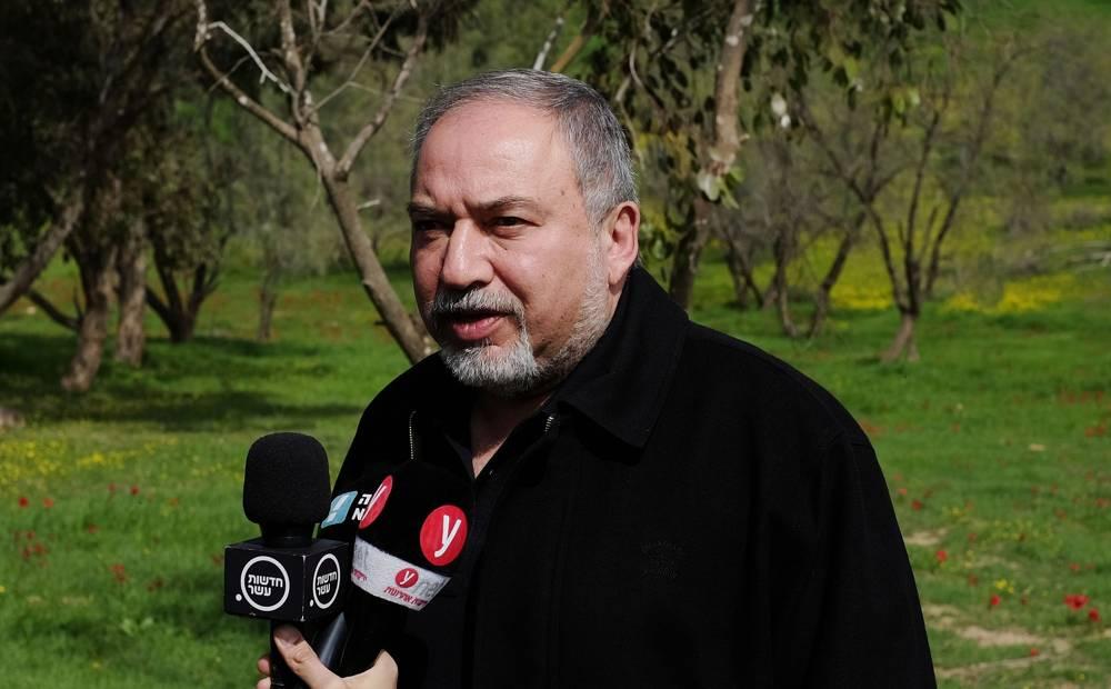 El ministro de Defensa, Avigdor Liberman, habla con la prensa en un campo a las afueras de la Franja de Gaza el 20 de febrero de 2018. (Judah Ari Gross / Times of Israel)