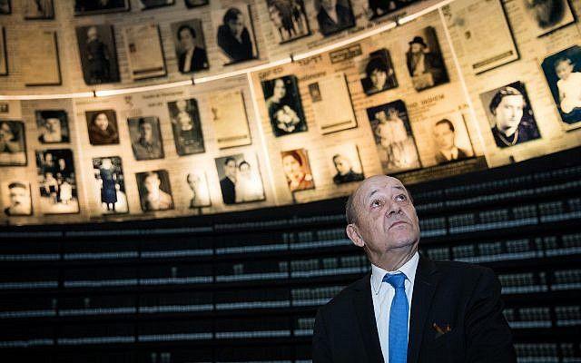 El ministro francés de Asuntos Exteriores, Jean-Yves Le Drian, visita el Salón de los Nombres en el Memorial del Holocausto Yad Vashem en Jerusalem, durante su visita de Estado oficial en Israel.26 de marzo de 2018. (Yonatan Sindel / Flash 90)
