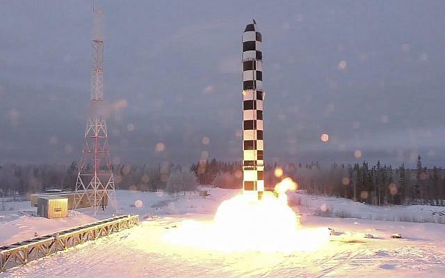 El nuevo misil balístico intercontinental Sarmat de Rusia se dispara durante un lanzamiento de prueba desde una ubicación no divulgada en Rusia, el 1 de marzo de 2018. (Televisión Rusa RU-RTR vía AP)