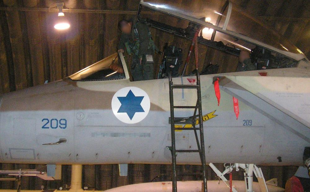 El piloto de un caza F-15I, del Escuadrón 69 de la Fuerza Aérea Israelí, ingresa a su avión antes de una operación para bombardear un reactor nuclear sirio en Deir Ezzor el 5 de septiembre de 2007. (Fuerzas de Defensa de Israel)