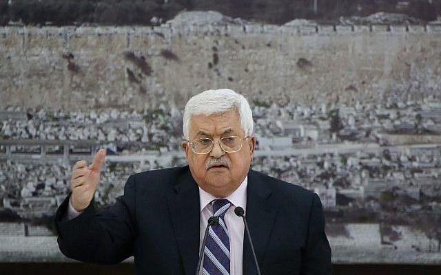 El presidente de la Autoridad Palestina, Mahmoud Abbas, se sienta frente a una imagen de la mezquita de la Cúpula de la Roca en la Ciudad Vieja de Jerusalem durante una reunión del liderazgo palestino en la ciudad de Ramallah el 19 de marzo de 2018. (FLASH 90)