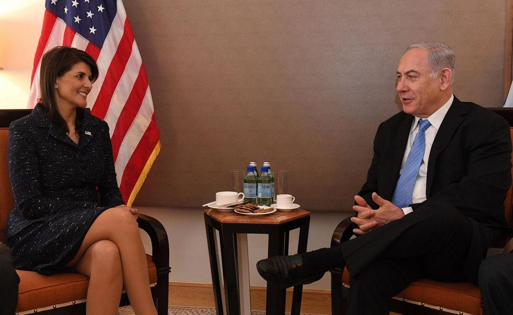 El primer ministro Benjamin Netanyahu se reúne con la embajadora de los Estados Unidos en la ONU, Nicky Haley, en Nueva York, EE.UU., el 8 de marzo de 2018. (Haim Zach / GPO)