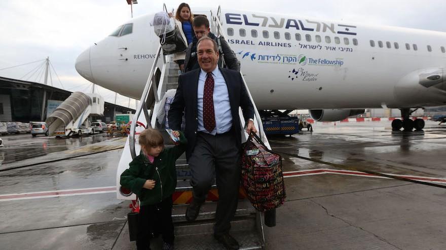 El rabino Yechiel Eckstein sale del primer vuelo de aliá organizado por la Confraternidad Internacional de Cristianos y Judíos, diciembre de 2014. (Cortesía de la Confraternidad Internacional de Cristianos y Judíos)