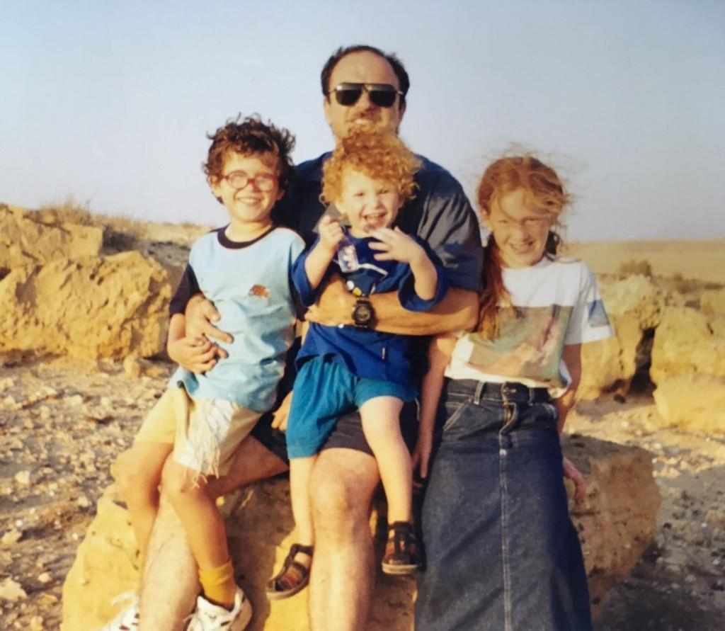 """En 1998 llevé a mi familia para mostrarles el sitio del rescate.Aquí, mis hijos y yo estamos sentados en """"mi"""" roca.Desde que se tomó esta foto, un esquema de ampliación de la carretera ha destruido la topografía original y muchas de las características ya no existen.(Foto: Mark Granat)"""