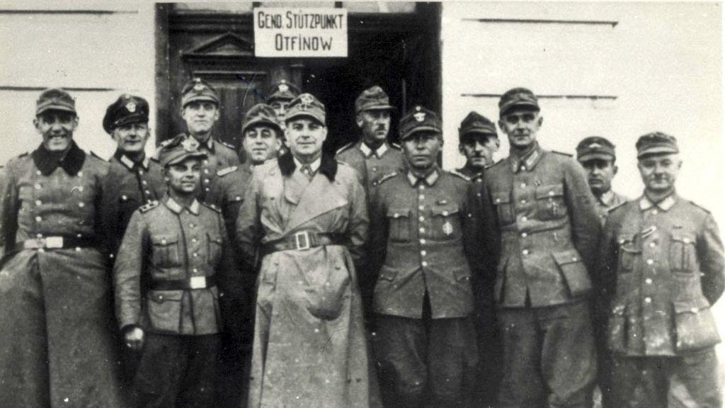 Esta foto sin fecha de la Segunda Guerra Mundial publicada por el memorial del Holocausto Yad Vashem muestra a un grupo de gendarmes polacos.(Yad Vashem vía AP)