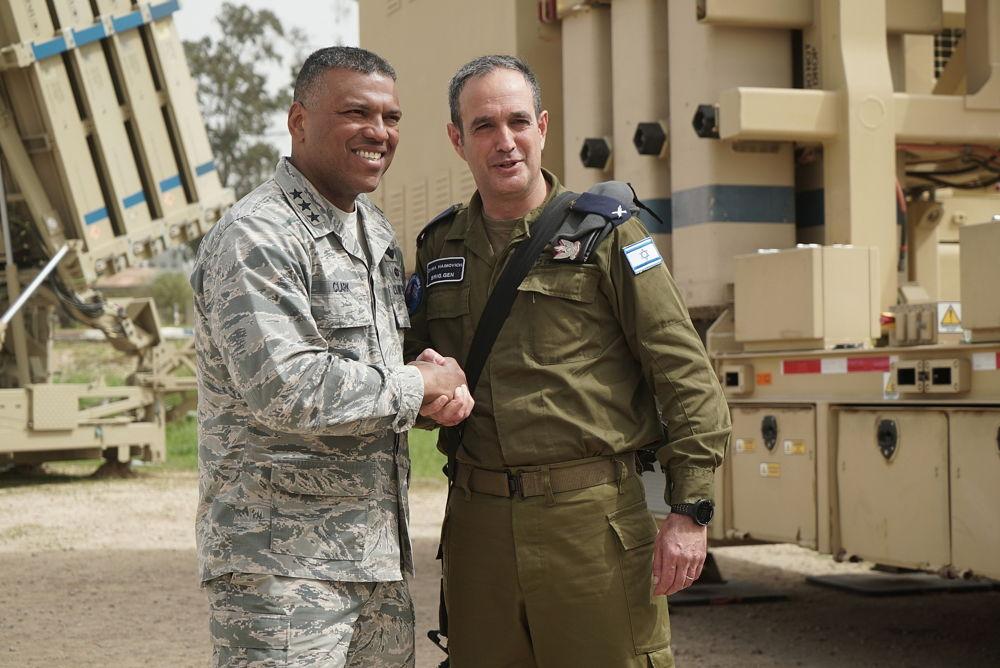 Comandante de defensa aérea israelí General Tzvika Haimovitch, a la derecha, le da la mano al teniente general Richard Clark, jefe de la delegación de los EE.UU. para el ejercicio de defensa aérea Juniper Cobra 2018 en marzo de 2018. (Fuerzas de Defensa de Israel)