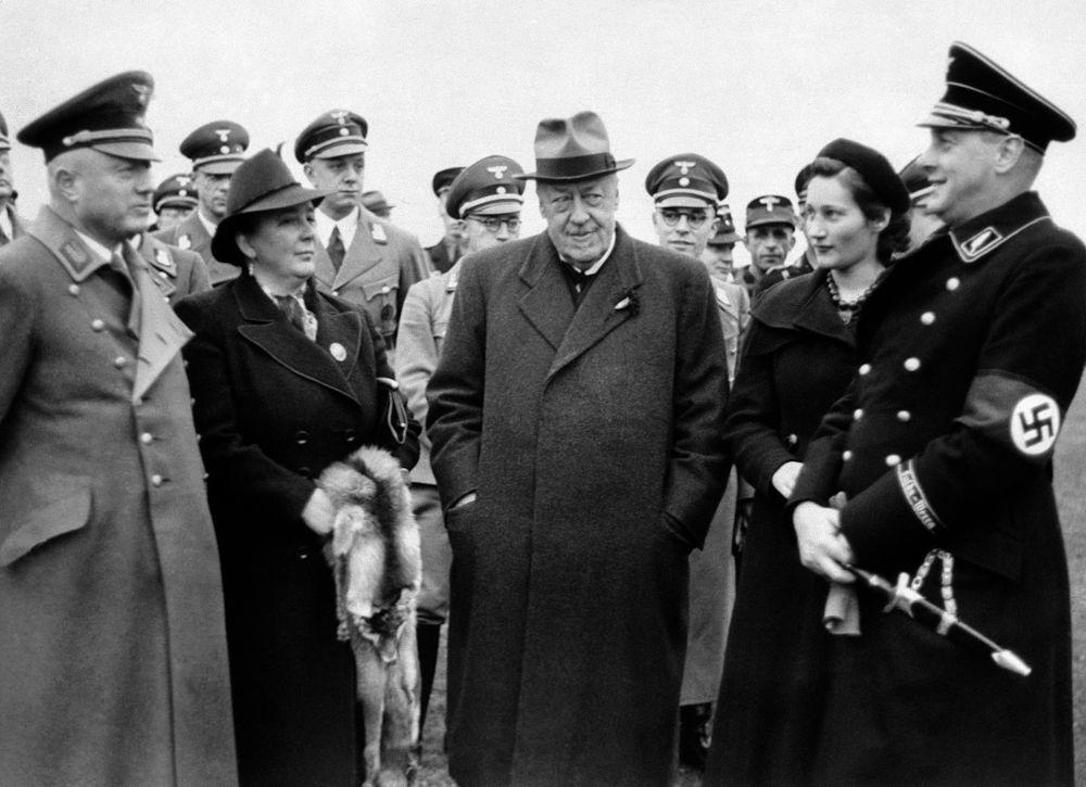 Después de un vuelo de prueba de varias horas, el nuevo Graf Zeppelin de Alemania aterrizó de forma segura en Frankfurt-on-Main en presencia del Dr. Hugo Eckener.Dr. Hugo Eckener, centro, con espectadores viendo el aterrizaje en Frankfurt-on-Main, Alemania, en espesa niebla el 1 de noviembre de 1938. (AP Photo)