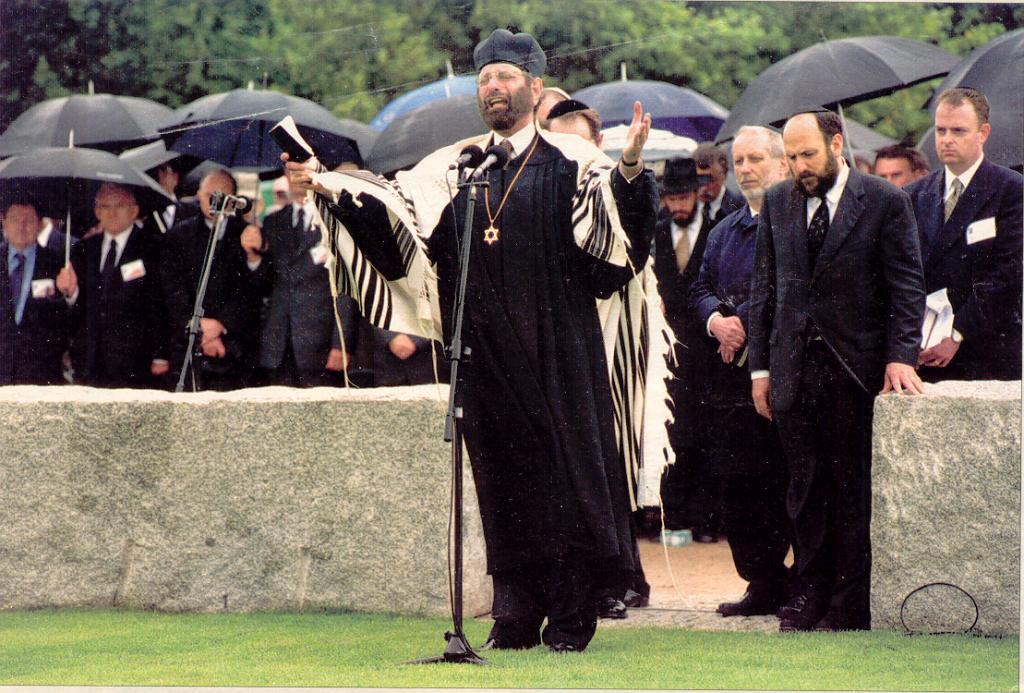 Durante un servicio conmemorativo de 2001 en la ciudad polaca de Jedwabne, los judíos conmemoran el asesinato de su comunidad judía en la Segunda Guerra Mundial por vecinos polacos.(Wikimedia Commons)