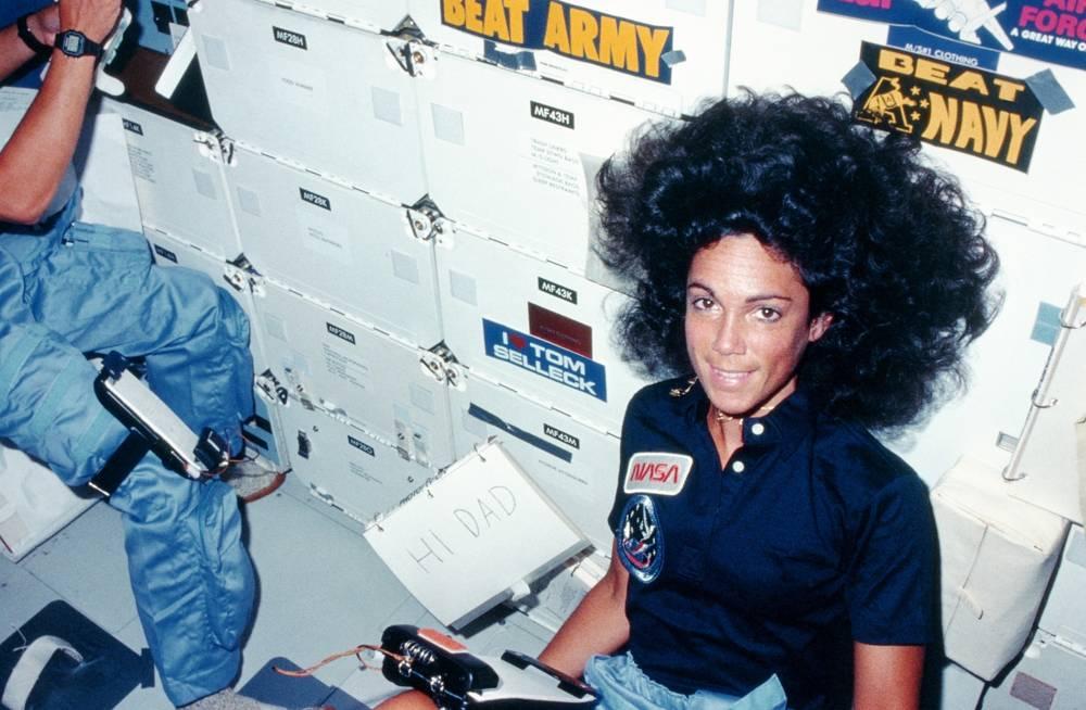 La especialista en misiones Judith Resnik le envía un mensaje a su padre a bordo del transbordador Discovery en su viaje inaugural, el 30 de agosto de 1984. (NASA / Space Frontiers / Getty Images vía JTA)