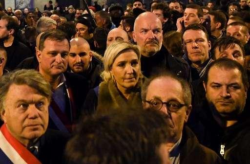 La presidenta del partido de extrema derecha francés Front National (FN) Marine Le Pen (C) camina con otros en París el 28 de marzo de 2018, durante una marcha silenciosa en memoria de Mireille Knoll, la mujer judía de 85 años asesinada en su hogar por un musulmán y su cómplice. (AFP PHOTO / ALAIN JOCARD)