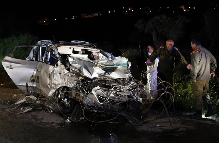 Las fuerzas de seguridad israelíes y expertos forenses inspeccionan el vehículo destruido que fue utilizado por un terrorista palestino en un ataque con coche contra soldados israelíes cerca del asentamiento de Mevo Dotan en Samaria el 16 de marzo de 2018. (AFP Photo / Jack Guez)