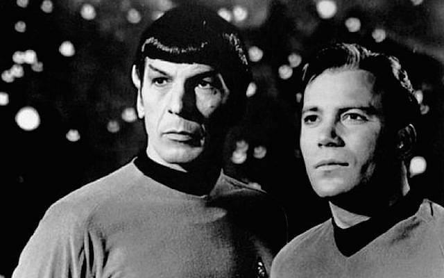 """Leonard Nimoy, a la izquierda, como Spock en """"Star Trek"""", junto a su co-estrella William Shatner.(Pixabay vía JTA)"""