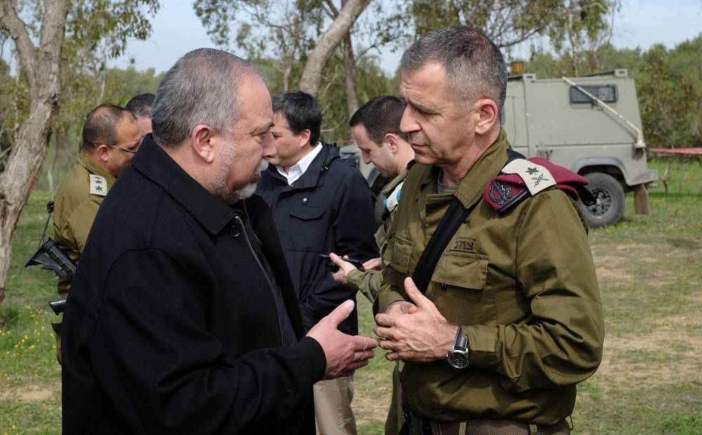 El Ministro de Defensa Avigdor Liberman, izquierda, habla con el Jefe Adjunto del Estado Mayor de las FDI, Mayor General Aviv Kochavi, en un campo a las afueras de la Franja de Gaza, el 20 de febrero de 2018. (Judah Ari Gross / Times of Israel)