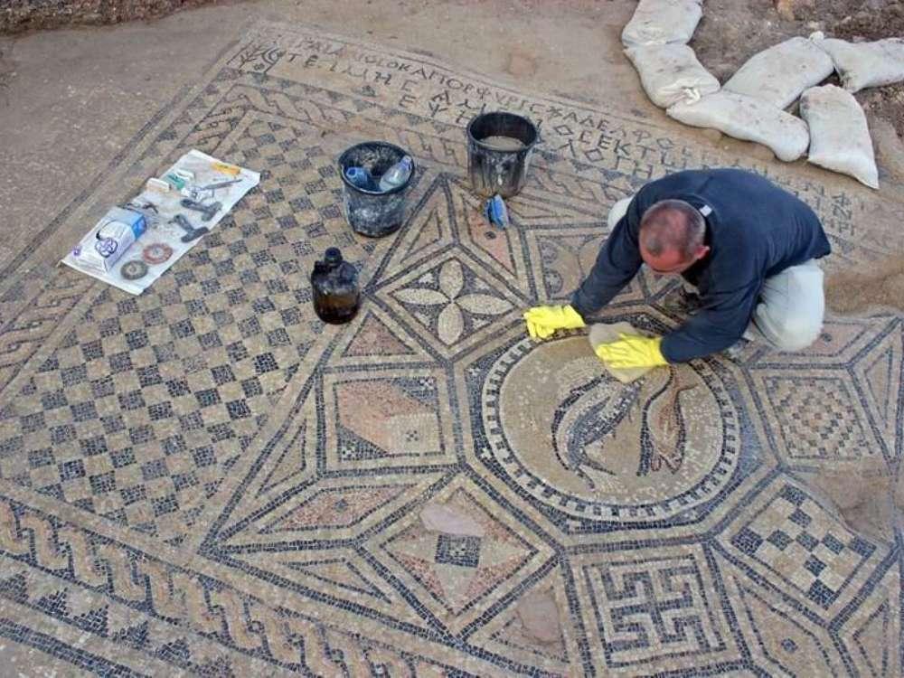 Limpiando y preservando el mosaico encontrado en una casa de oración de los primeros cristianos de la era romana en Othnay, dentro del complejo de la prisión de Meguido. (Foto: Dr. Yotam Tepper)