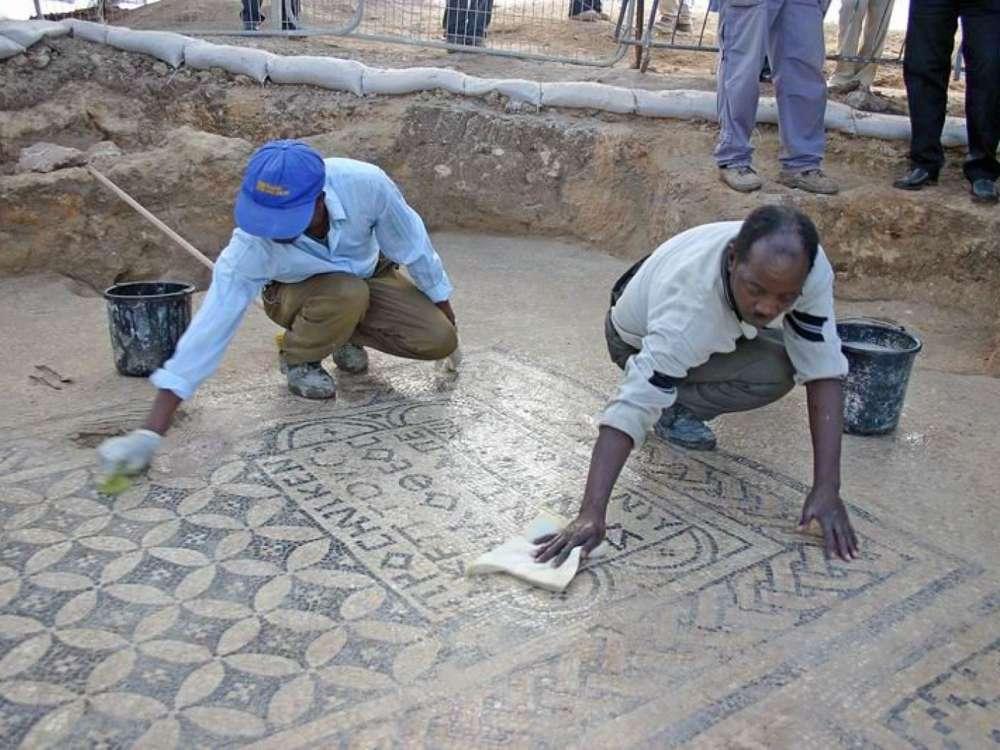 Limpieza y preservación del mosaico 'Jesús'(Foto: Dr. Yotam Tepper)
