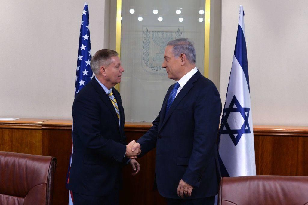 El primer ministro Benjamin Netanyahu, a la derecha, se reúne con el senador estadounidense Lindsey Graham en Jerusalem el 27 de mayo de 2015 (Foto por Kobi Gideon / GPO)