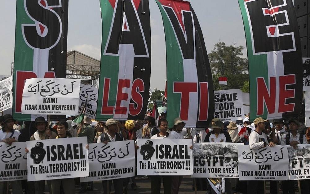 Los activistas musulmanes sostienen carteles pro-palestinos y anti-israelíes en una manifestación en Yakarta, Indonesia, en junio de 2010, días después del incidente de la flotilla Mavi Marmara.(Crédito de la foto: AP / Achmad Ibrahim)