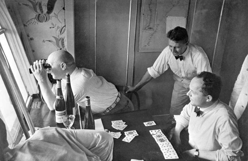 Ilustrativo: Los pasajeros son fotografiados en su cabina en la aeronave Graf Zeppelin, LZ 127, mientras navegan sobre el Océano Atlántico en un viaje de siete días desde Europa a Sudamérica, agosto de 1933. (AP Photo / Alfred Eisenstaedt)
