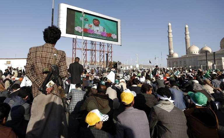Los rebeldes chiítis Houthis y sus seguidores ven en pantalla grande un discurso en vivo del líder Abdul-Malik al-Houthi, mientras asisten a una manifestación frente a la mezquita de al-Saleh en la capital Sanaa con motivo del cumpleaños del profeta Mahoma el 30 de noviembre de 2017. (AFP PHOTO / MOHAMMED HUWAIS)