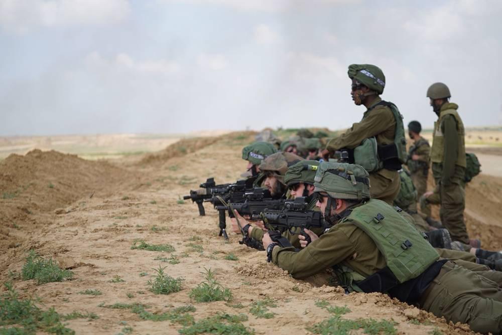 Los soldados de las FDI vigilan las posiciones frente a la frontera de Gaza durante las protestas masivas palestinas incitadas por Hamas el 30 de marzo de 2018. (Fuerzas de Defensa de Israel)