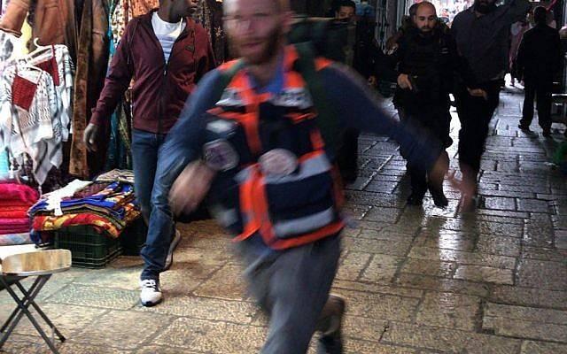 Un Médico se apresura para socorrer a una víctima israelí de un ataque de apuñalamiento en la Ciudad Vieja de Jerusalem el 18 de marzo de 2018. (Ir Amim)