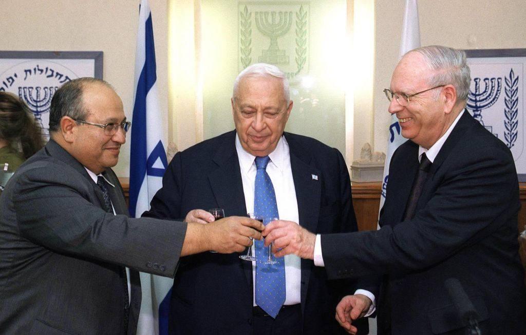 Meir Dagan, izquierda, Ariel Sharon, centro, y el ex jefe del Mossad Efraim Halevy en una ceremonia de bienvenida a Dagan como jefe del Mossad, el 12 de diciembre de 2002. (Flash 90 / Archivo)