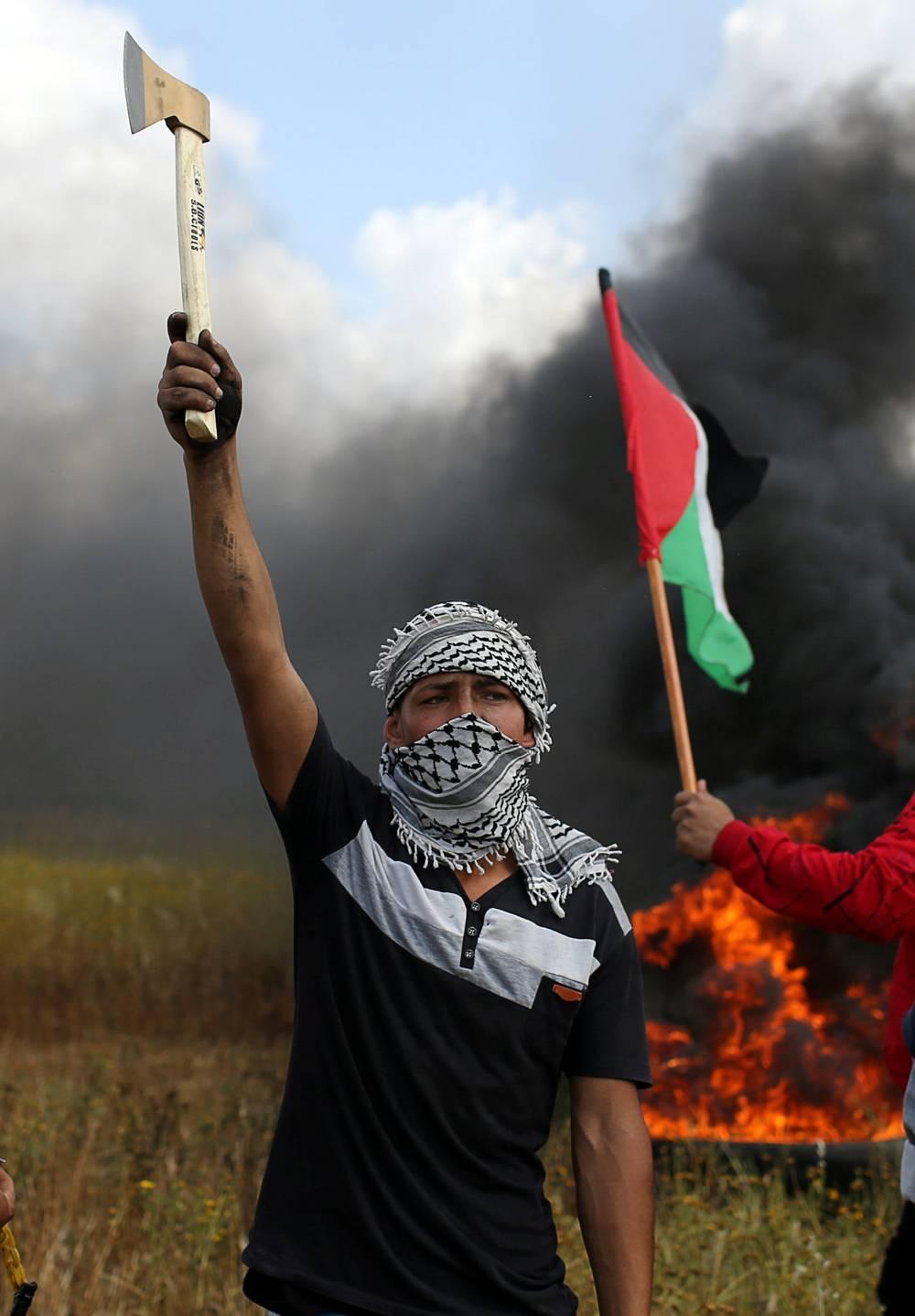 Manifestante palestino cerca de la valla divisoria entre la Franja de Gaza e Israel (Foto: Reuters)
