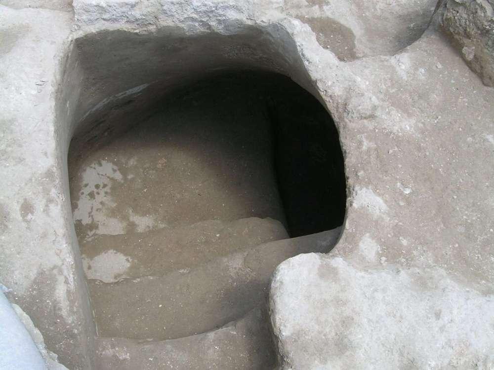 Mikve de Othnay: Una pileta ritual tallada en la roca hace unos 2.000 años, ahora en el complejo de la prisión de Meguido (Foto: Dr. Yotam Tepper)