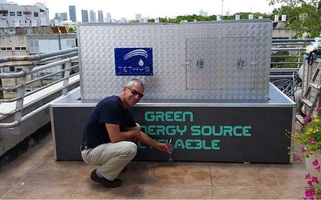 Moshe Tshuva, cofundador de Tethys Solar Desalination, y jefe del Departamento de Energía de la Facultad de Ingeniería de Afeka-Tel Aviv, demostrando la tecnología de desalinización (Cortesía)
