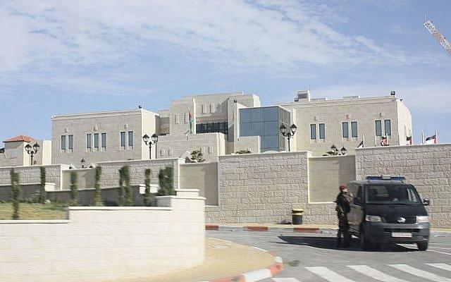 El Muqata'a en Ramallah, la sede de la Autoridad Palestina (crédito de la foto: Wikimedia Commons)
