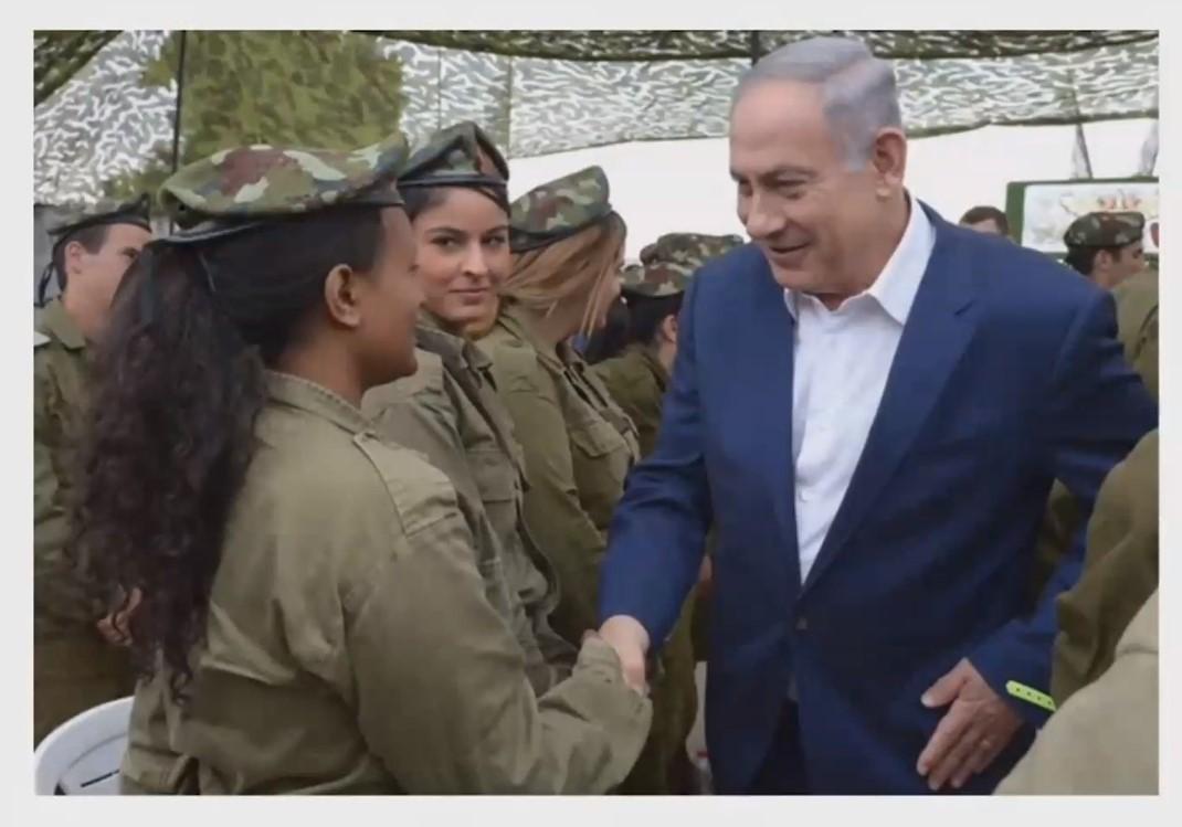 Imagen de Netanyahu saludando al batallón femenino de las FDI, mientras habla de la diversidad de personas que conforman las FDI en su discurso en AIPAC-2018.