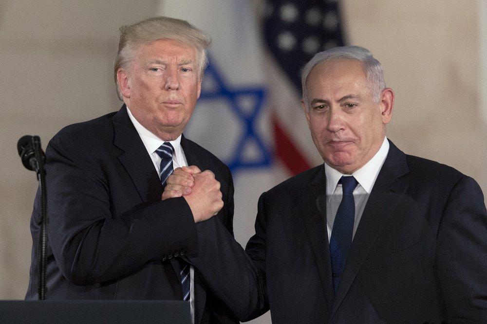 En esta foto de archivo del 23 de mayo de 2017, el presidente de EE.UU., Donald Trump, estrecha la mano del primer ministro israelí Benjamin Netanyahu en el Museo de Israel en Jerusalem (AP Photo / Sebastian Scheiner, archivo)