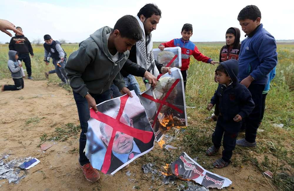 Niños árabes queman fotos de Netanyahu y de Donald Trump (Reuters)