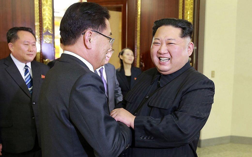 En esta foto del lunes 5 de marzo de 2018, proporcionada por el gobierno de Corea del Norte, el líder norcoreano Kim Jong Un, se encuentra con el Director de Seguridad Nacional de Corea del Sur, Chung Eui-yong, a la izquierda, en Pyongyang, Corea del Norte (Korean Central News Agency/Korea News Service via AP)