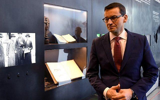 El primer ministro de Polonia, Mateusz Morawiecki, visita el Museo de la Familia Ulma que documenta el destino de la familia polaca Ulma, asesinada en marzo de 1944 por alemanes nazis por rescatar a judíos durante el Holocausto, en la aldea de Markowa, sureste de Polonia, el 2 de enero. 2018 (AFP / Janek Skarzynski)