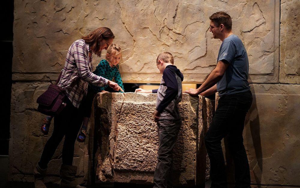 Parte de la Exposición de Rollos del Mar Muerto en el Museo de Naturaleza y Ciencia de Denver. (Yoli Shwartz, Autoridad de Antigüedades de Israel)