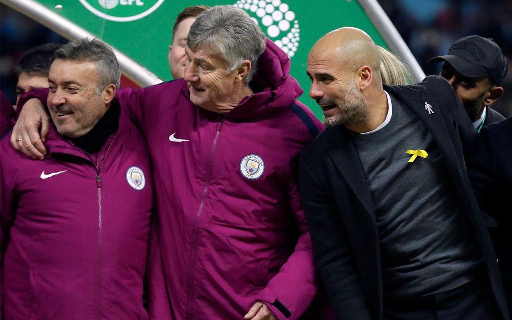 El entrenador del Manchester City, Pep Guardiola (derecha), lleva una cinta amarilla en el estadio de Wembley en Londres, el 25 de febrero de 2018. (AP / Tim Ireland)