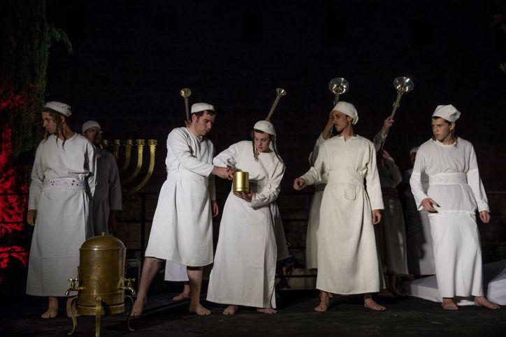 """Los sacerdotes judíos se preparan para una ceremonia de """"práctica"""" del sacrificio de la Pascua en el Centro Davidson en la Ciudad Vieja de Jerusalem, el 26 de marzo de 2018. (Yonatan Sindel / Flash 90)"""