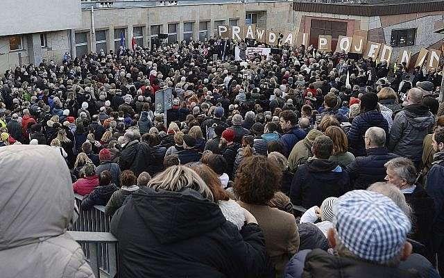 Cientos de polacos se reunieron para expresar su solidaridad con los judíos que perecieron en el Holocausto, fueron expulsados de Polonia hace 50 años o sintieron los efectos del antisemitismo en la actualidad, en Varsovia, Polonia, el 11 de marzo de 2018. (AP Photo / Czarek Sokolowski)