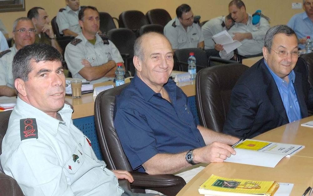 Primer ministro Ehud Olmert (centro), ministro de defensa Ehud Barak (derecha) y jefe de personal de las FDI Gabi Ashkenazi, durante una visita al Comando Norte de las FDI en Galilea, 14 de agosto de 2007. (Moshe Milner / GPO / Flash 90)