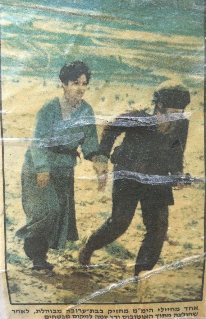 El escritor guardó el recorte de la foto del escritor con un rehén rescatado, que apareció en la portada de Yediot Aharonot, el día después del rescate.Foto: FDI (Comando Sur) / Yediot Aharonot)