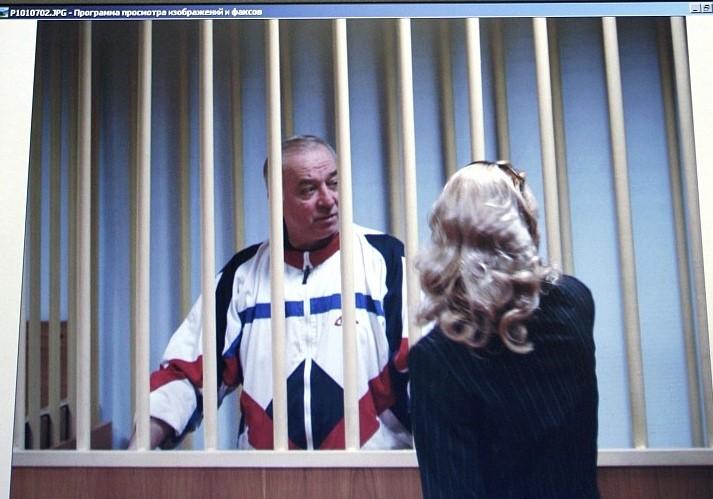 Sergei Skripal habla con su abogado desde detrás de las rejas en Moscú, el 9 de agosto de 2006 (AP Photo / Misha Japaridze)