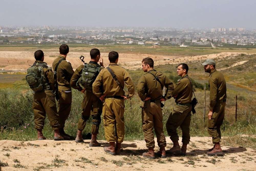Soldados israelíes escuchan una sesión de información en el lado israelí de la frontera con el norte de la Franja de Gaza, Israel, 29 de marzo de 2018\ AMIR COHEN / REUTERS