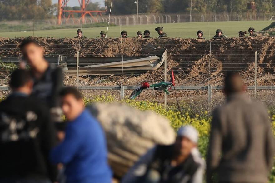 Soldados desactivan explosivos colocados en la valla de Gaza por terroristas árabes