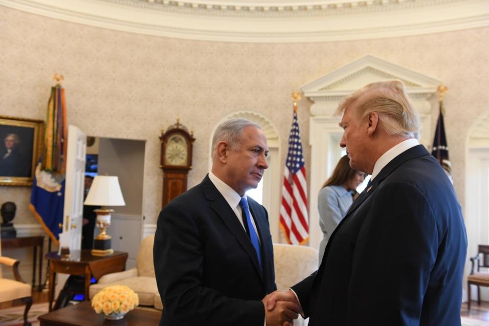 El primer ministro Benjamin Netanyahu (izquierda) y el presidente estadounidense Donald Trump en la Oficina Oval de la Casa Blanca, 5 de marzo de 2018 (Haim Tzach / GPO)